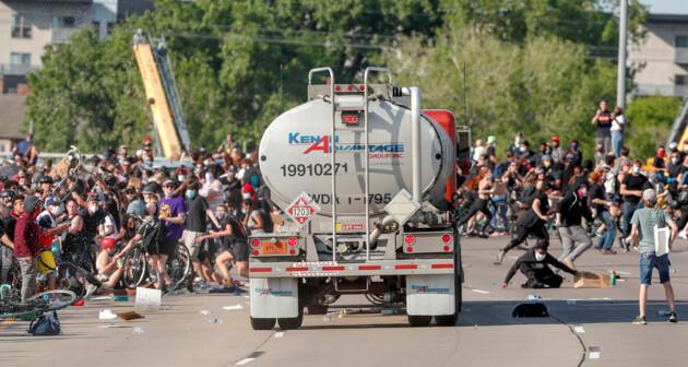 Водитель бензовоза по имени Богдан Вечирко въехал в толпу протестующих в США 1