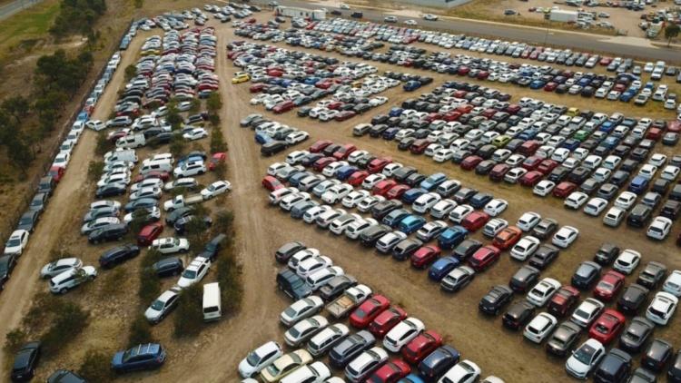 На огромной стоянке скопились тысячи побитых градом автомобилей 2