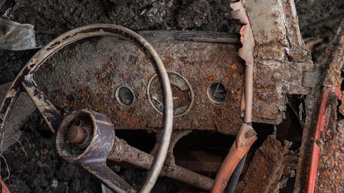 Британец нашёл на заднем дворе закопанный полвека назад автомобиль 2