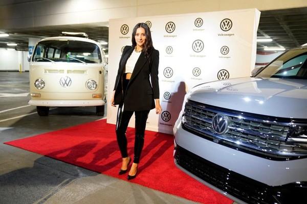 Volkswagen показал автомобиль с новым логотипом 1
