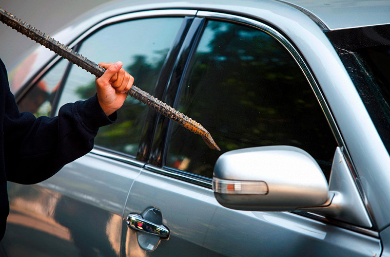 Как открыть автомобиль, если забыл ключи внутри? 4