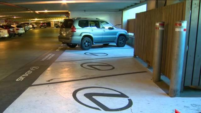 Компания Lexus «украла» парковочные места для инвалидов 1