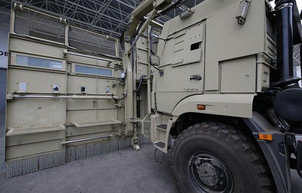 «Демократия» в действии: в России построили огромный грузовик для разгона митингов 2