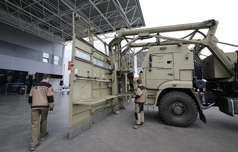«Демократия» в действии: в России построили огромный грузовик для разгона митингов 1