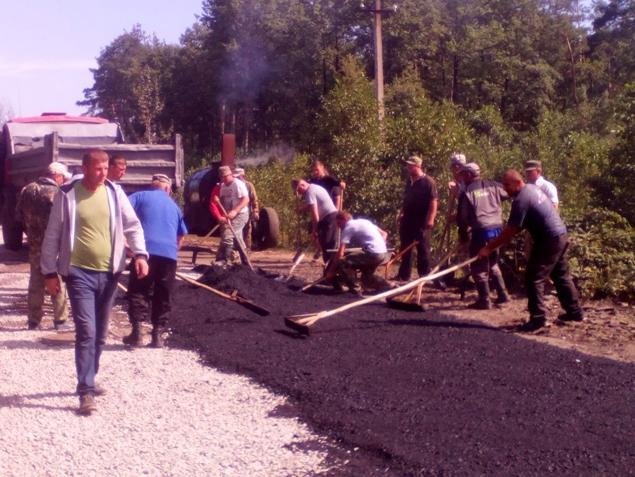 Украинцы собственноручно ремонтируют дороги 1