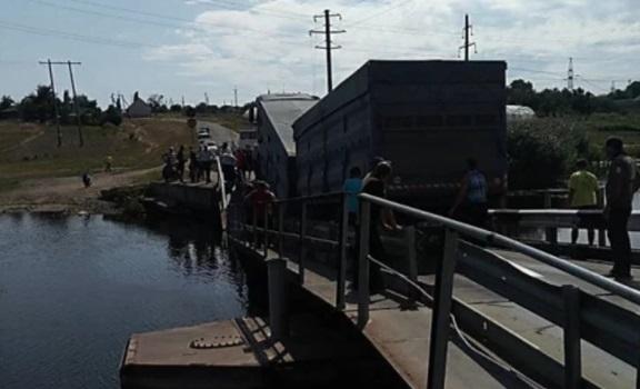 Грузовик разломал новый мост пополам 2