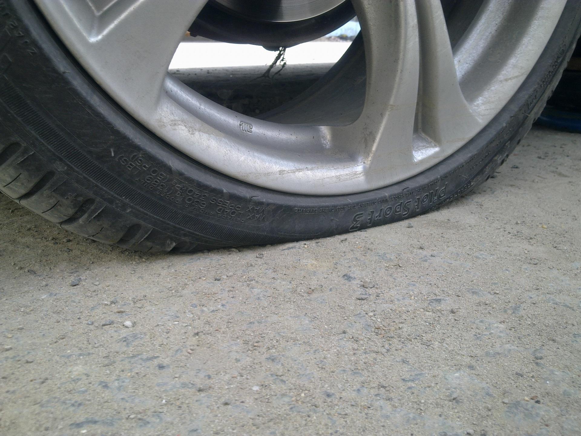 Что делать, если на полном ходу пробило колесо? 1