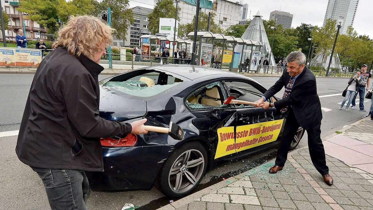 Ярый ненавистник BMW продолжает уничтожать автомобили баварской марки 1