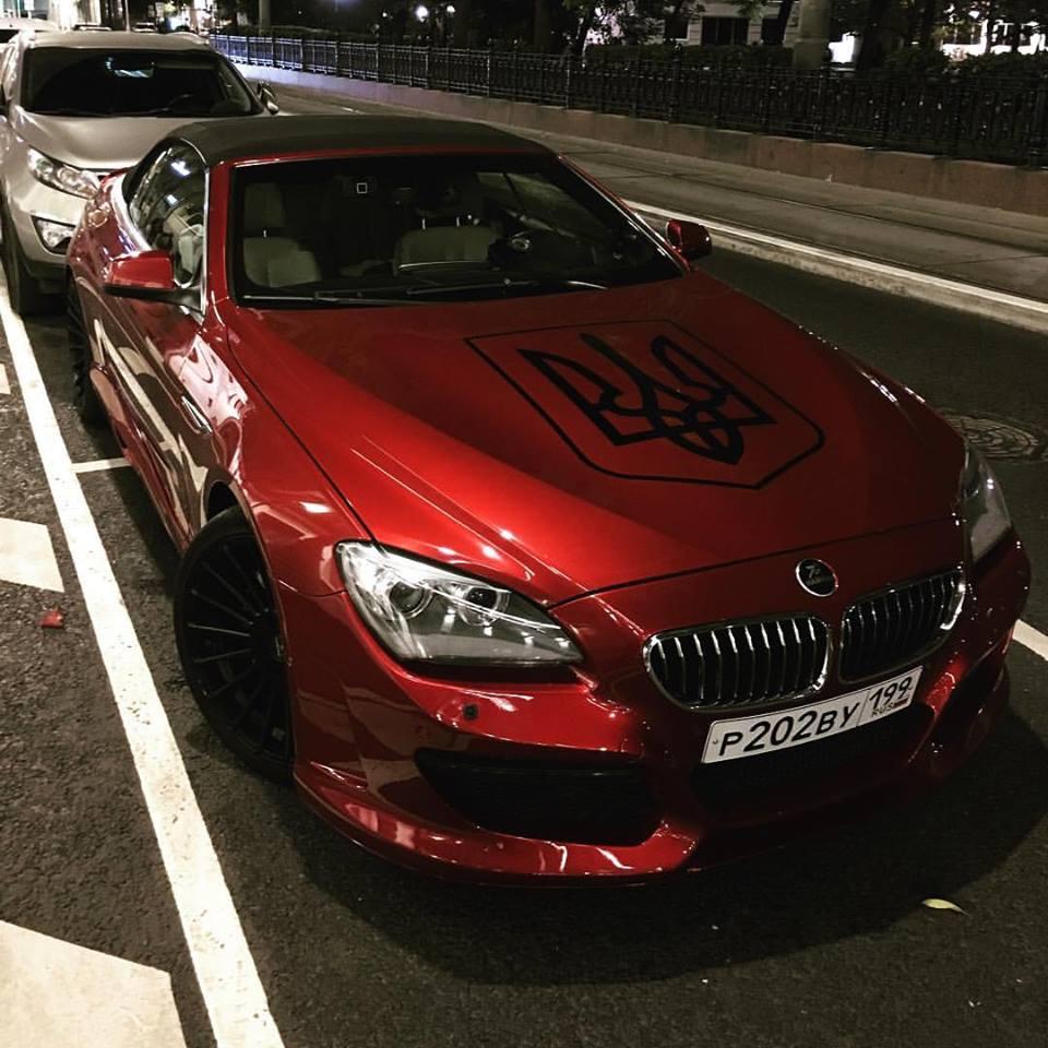 Роскошный BMW с украинским гербом разъезжает по центру Москвы 1