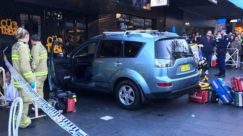 В Австралии автомобиль въехал в магазин 1