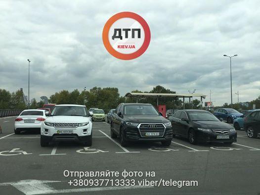 Украинская реальность: парковочные места для людей с инвалидностью «оккупированы» роскошными машинами 1