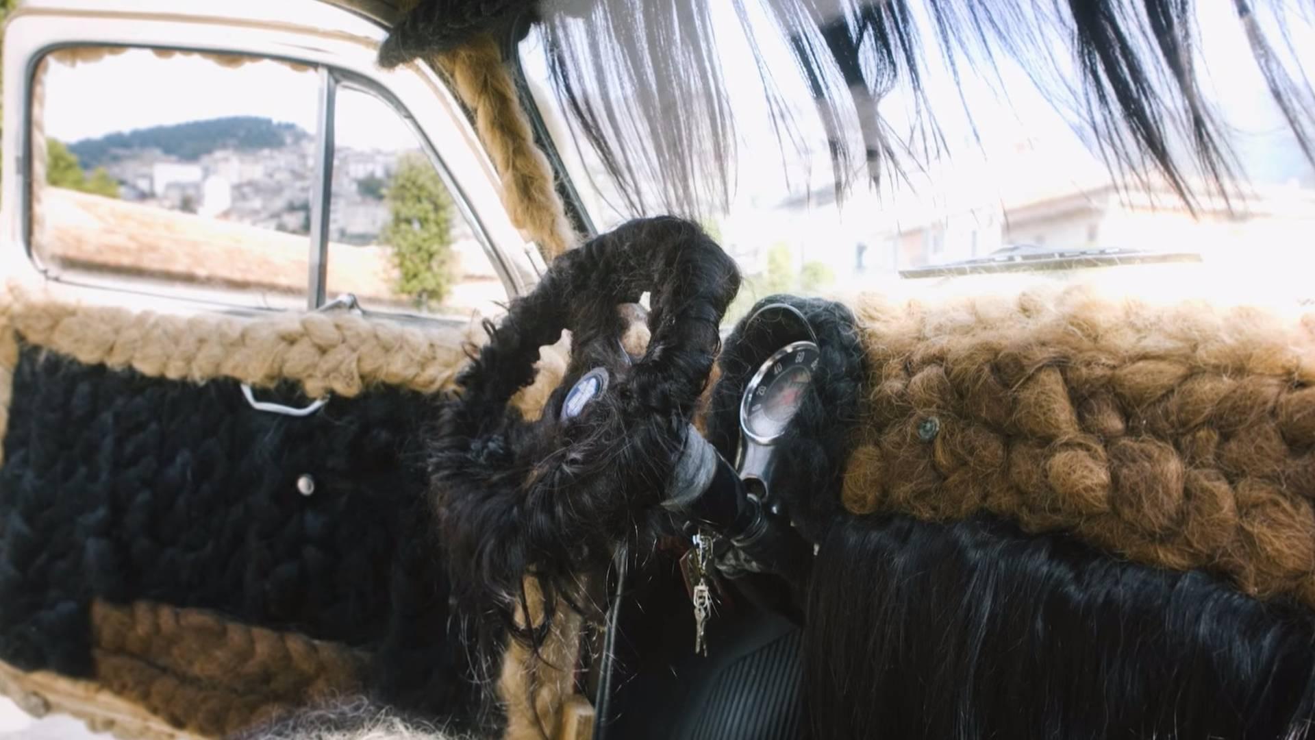 Итальянка сделала автомобилю «прическу» из человеческих волос 2