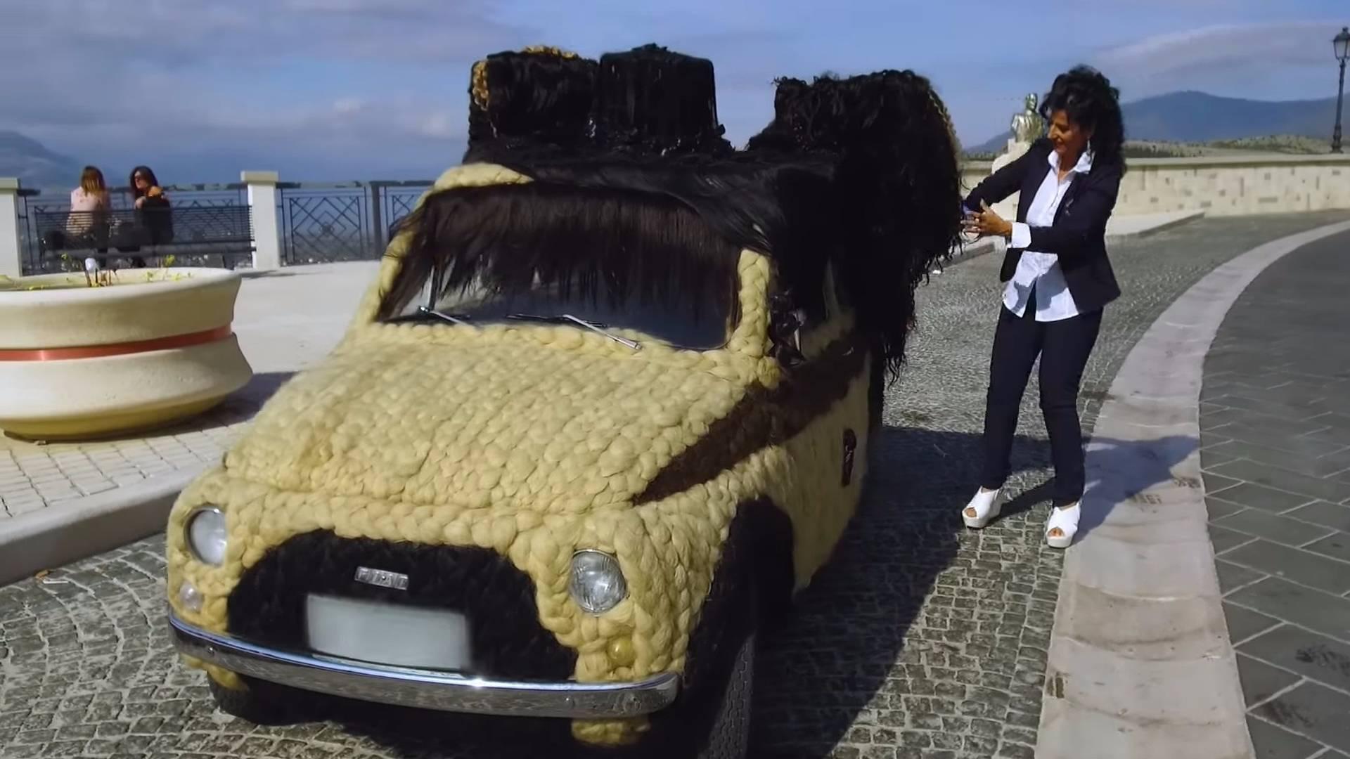 Итальянка сделала автомобилю «прическу» из человеческих волос 1