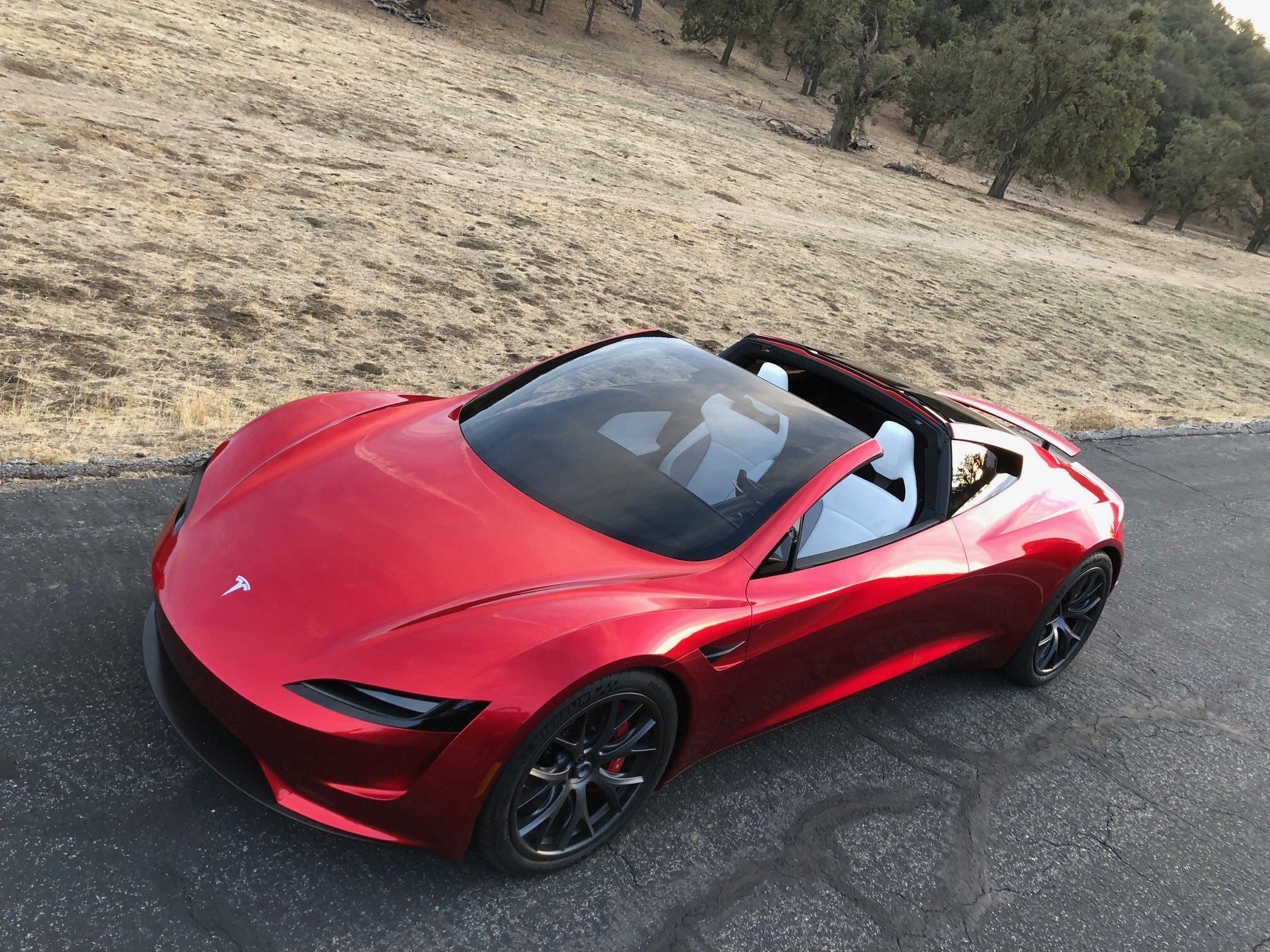 Tesla может выпустить летающий родстер 2