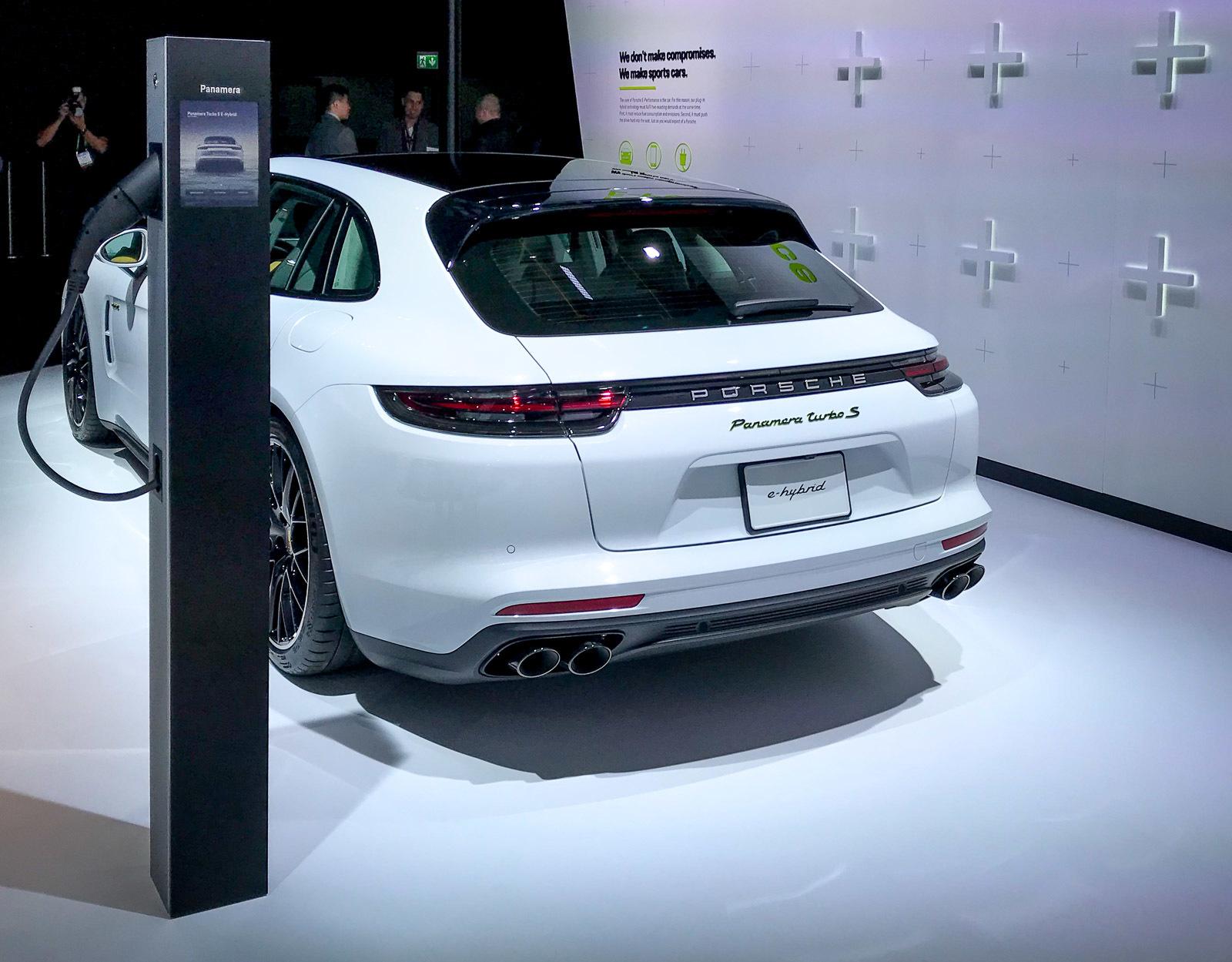 Компания Porsche представила самый мощный серийный универсал 2