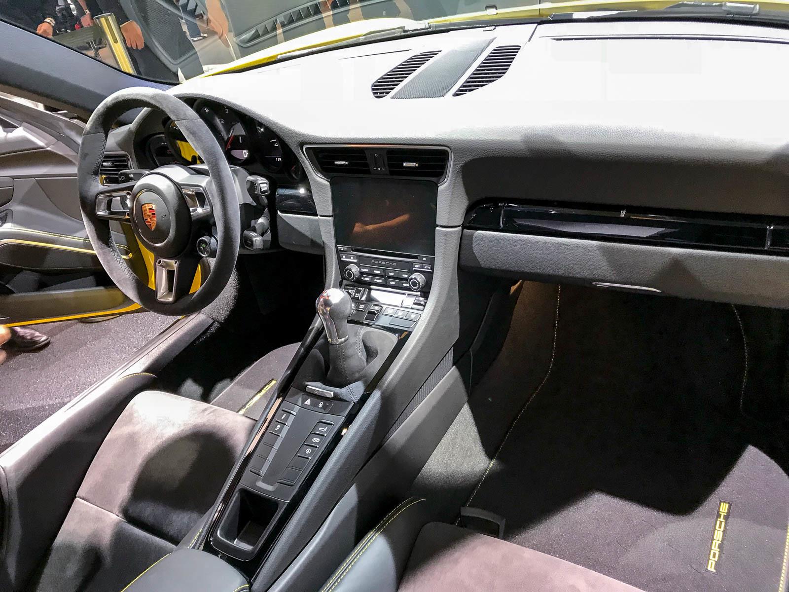 Porsche представила сразу три новинки 5