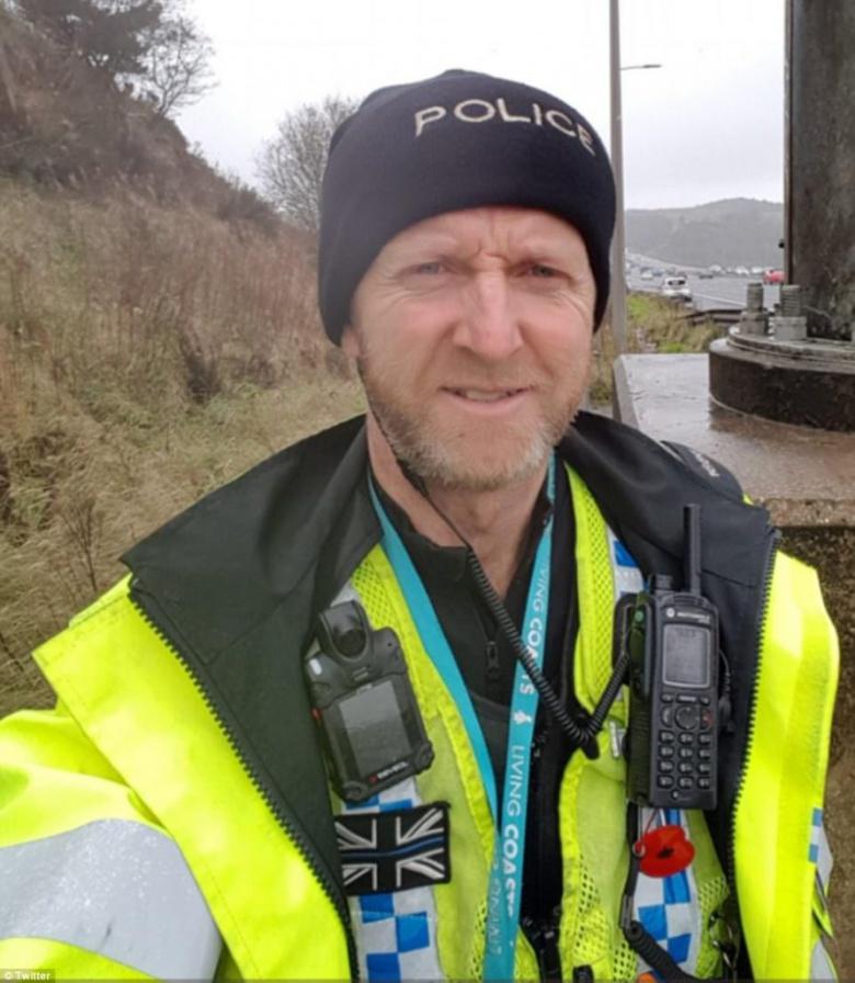 Полицейский руками удержал автомобиль на краю моста 3