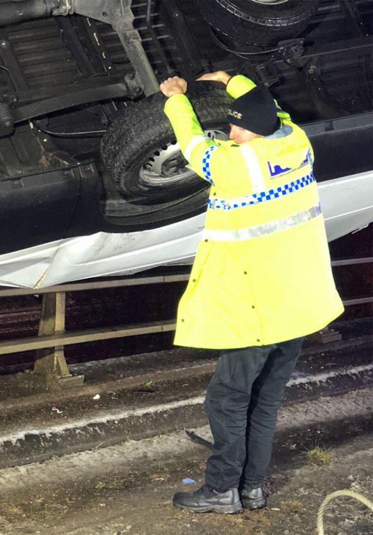 Полицейский руками удержал автомобиль на краю моста 1
