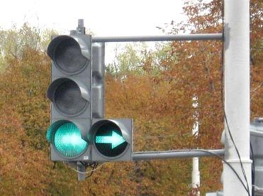 Особенности проезда перекрестков со светофором с дополнительной секцией 1