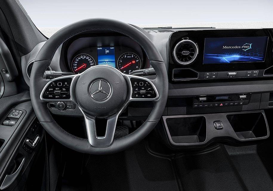 Mercedes-Benz показал неожиданный интерьер нового Sprinter 1