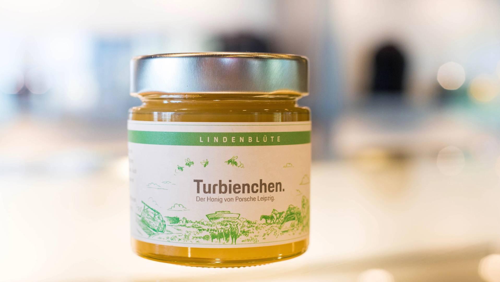 Компания Porsche собрала свой первый урожай мёда 1