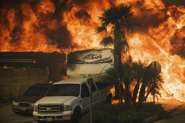Пожар в Калифорнии уничтожил несколько тысяч автомобилей 1