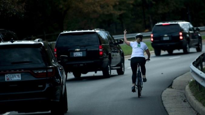 Велосипедистку, показавшую кортежу Трампа неприличный жест, наказали 1
