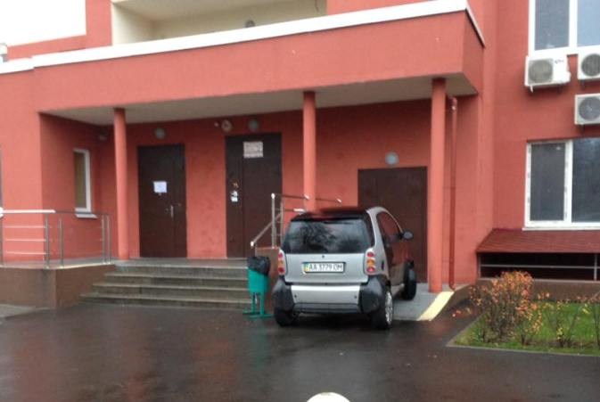 «Настоящий герой парковки»: водитель попытался припарковаться в подъезде 1