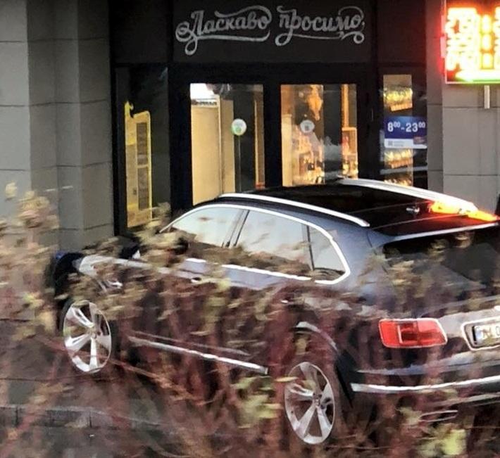 Самый дорогой в мире внедорожник стал «героем парковки» 1