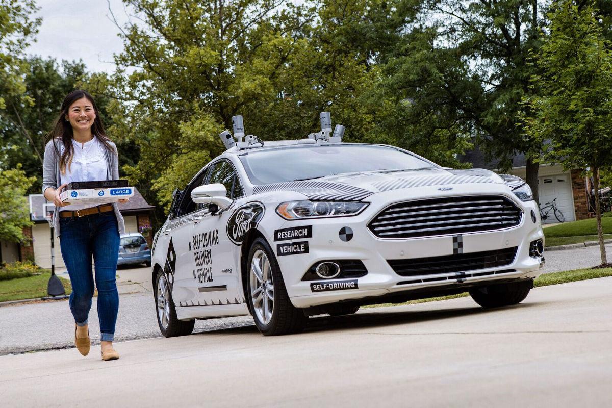 Люди благодарят автомобили Ford за беспилотную доставку пиццы 3
