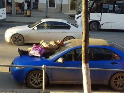 Фото дня: «суровая» пенсионерка из Крыма «загорает» прямо на машине 1