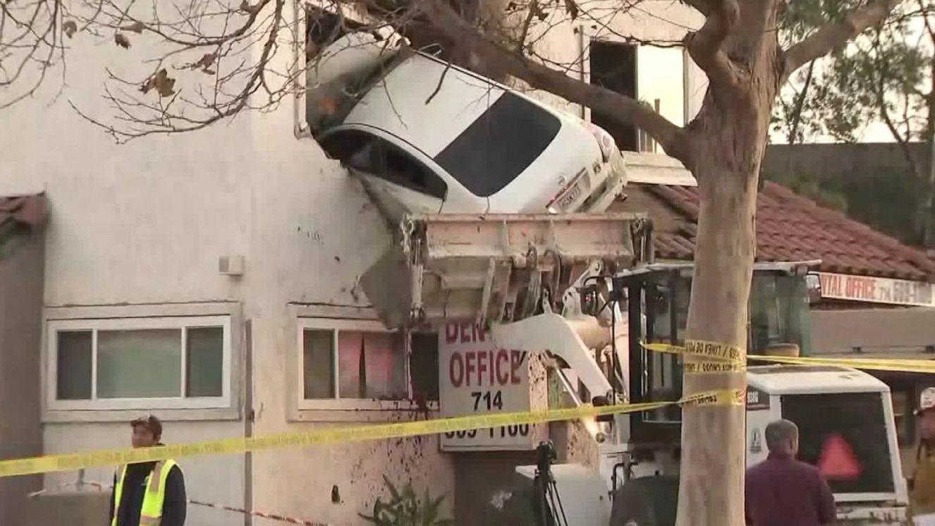 Легковой автомобиль протаранил второй этаж стоматологии 1