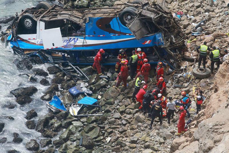 Автобус упал с высоты 100 метров – десятки погибших 1
