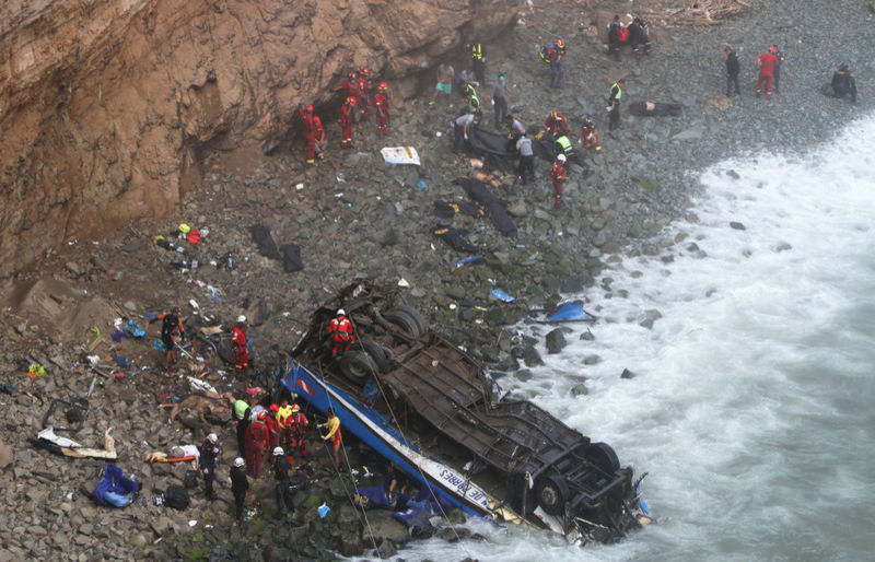 Автобус упал с высоты 100 метров – десятки погибших 2