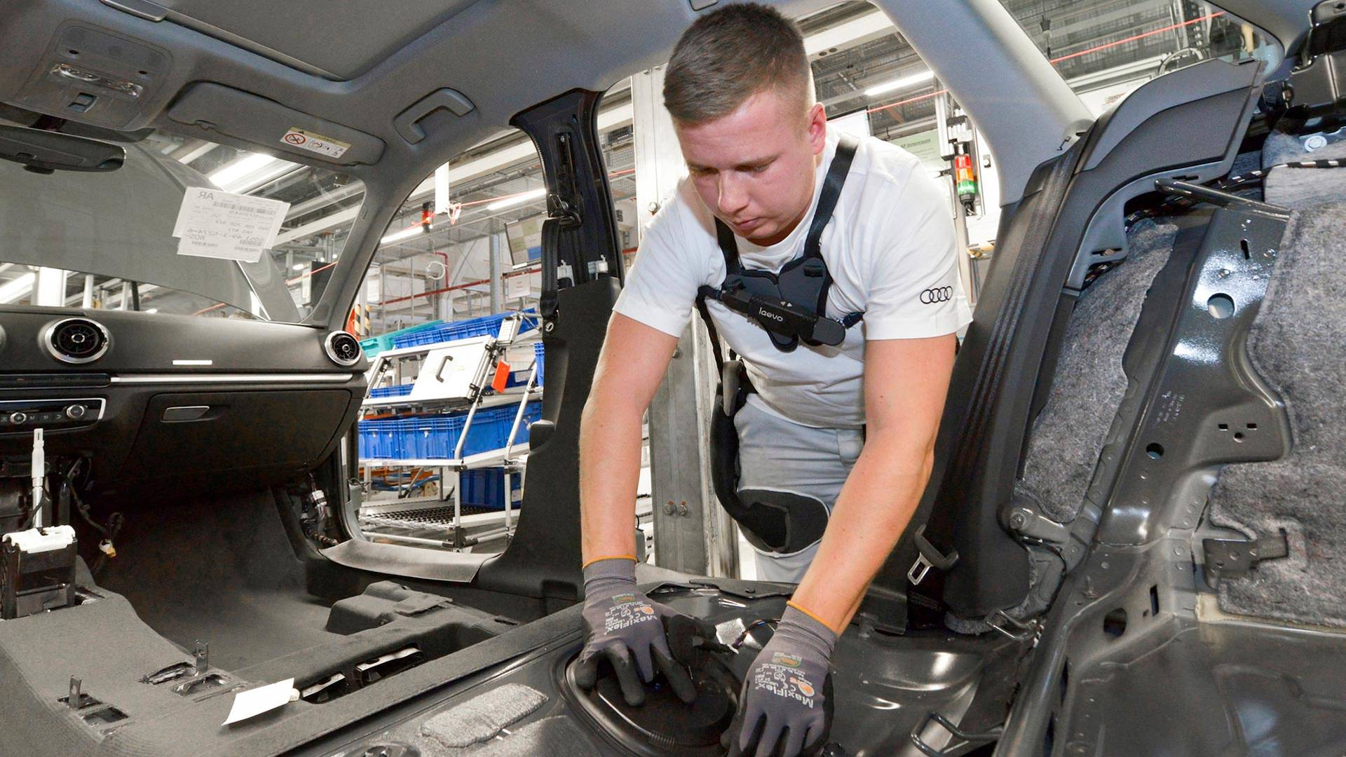 Сотрудников заводов Audi одели в экзоскелеты 1