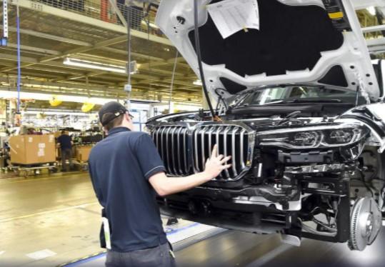 Самый большой внедорожник BMW встал на конвейер 2