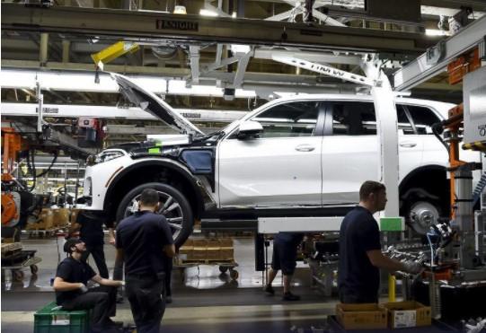 Самый большой внедорожник BMW встал на конвейер 3