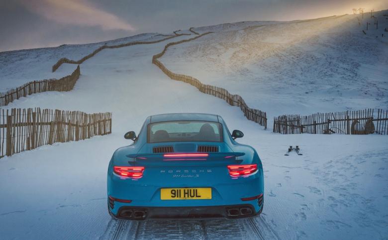 Подъем Porsche на вершину горнолыжного склона показали на видео 2