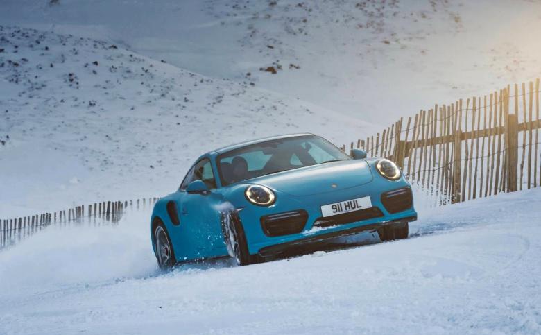 Подъем Porsche на вершину горнолыжного склона показали на видео 1