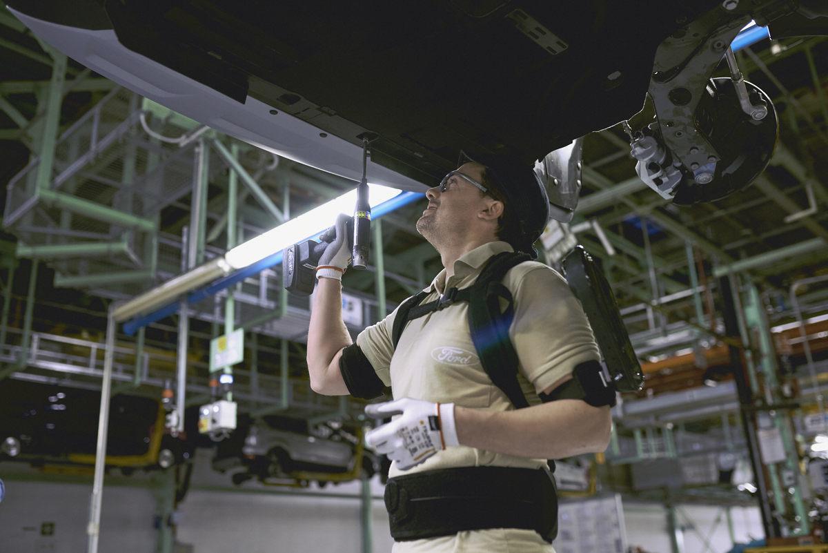 Ford запретил своим рабочим работать без экзоскелетов 1