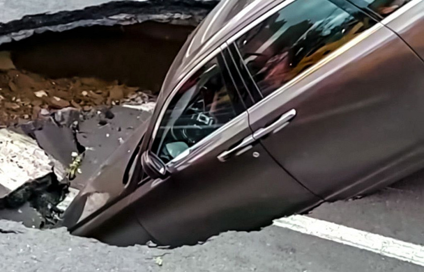 Внезапно появившаяся на дороге воронка «проглотила» Rolls-Royce 1