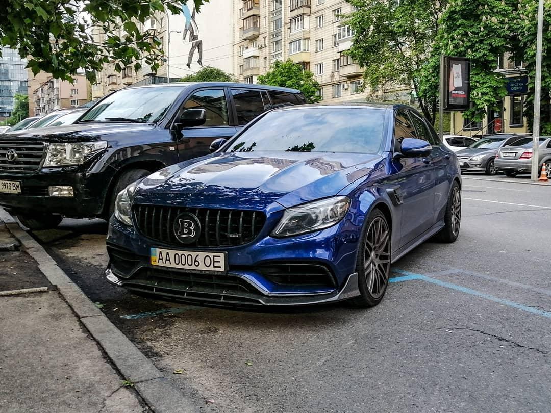 В Украине заметили сверхмощный седан Mercedes Brabus 1