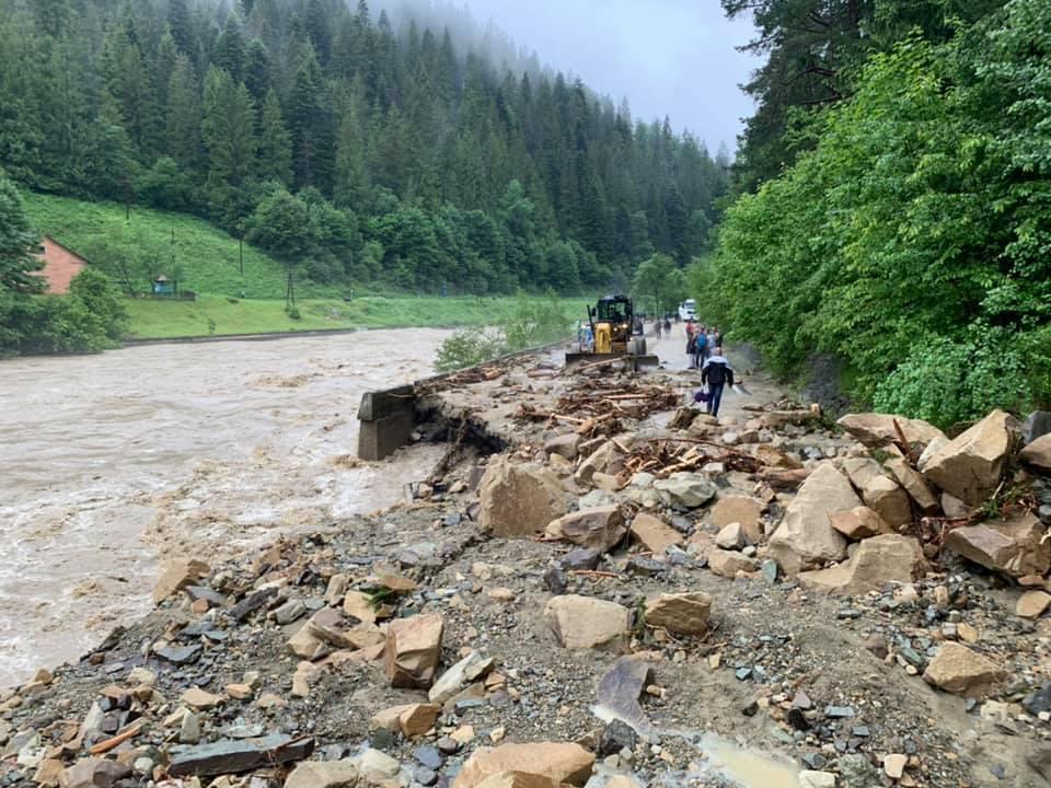 Потоп в Карпатах и обрушение моста запечатлели на видео 1
