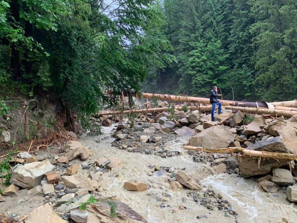 Потоп в Карпатах и обрушение моста запечатлели на видео 2