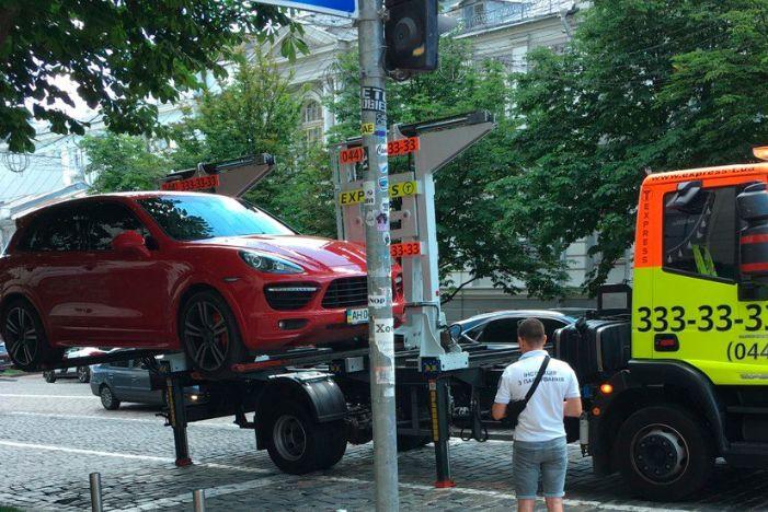 В Киеве активно эвакуируют дорогие элитные авто 1