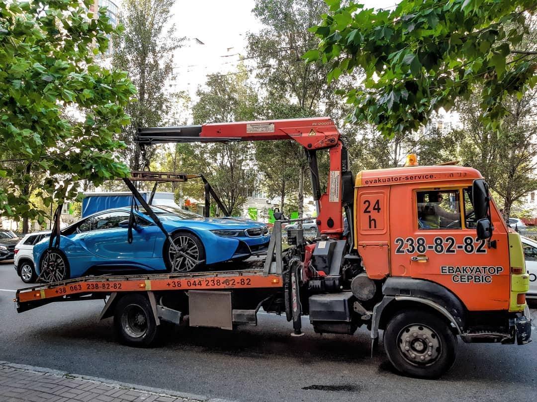 В Киеве активно эвакуируют дорогие элитные авто 2