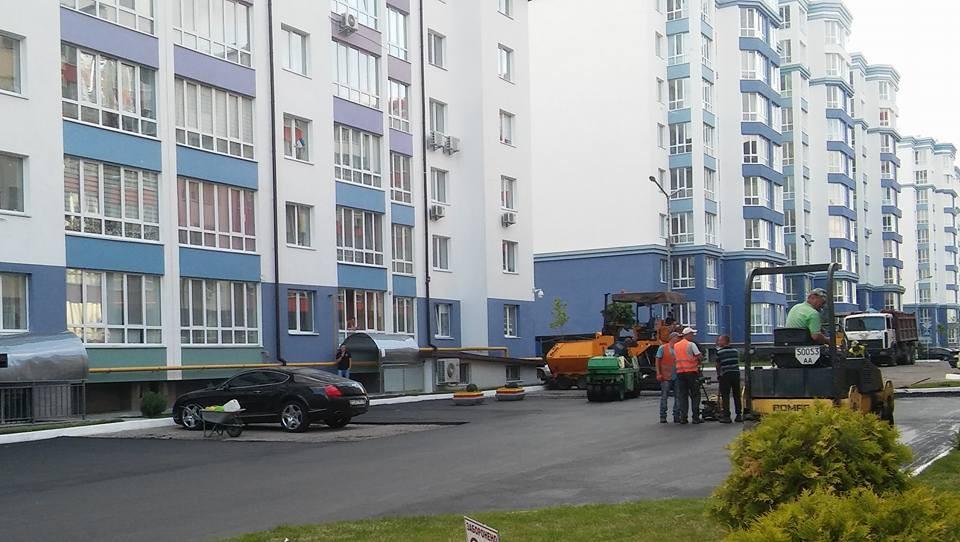 Украинские дорожники кладут асфальт в обход припаркованных авто 1