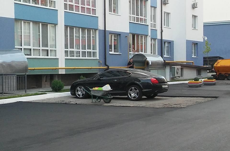 Украинские дорожники кладут асфальт в обход припаркованных авто 2