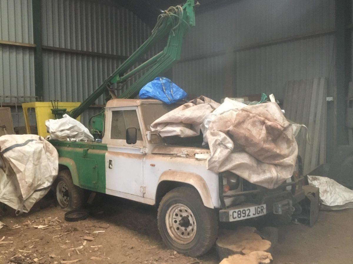 На заброшенном складе нашли редчайшие автомобили Land Rover 1
