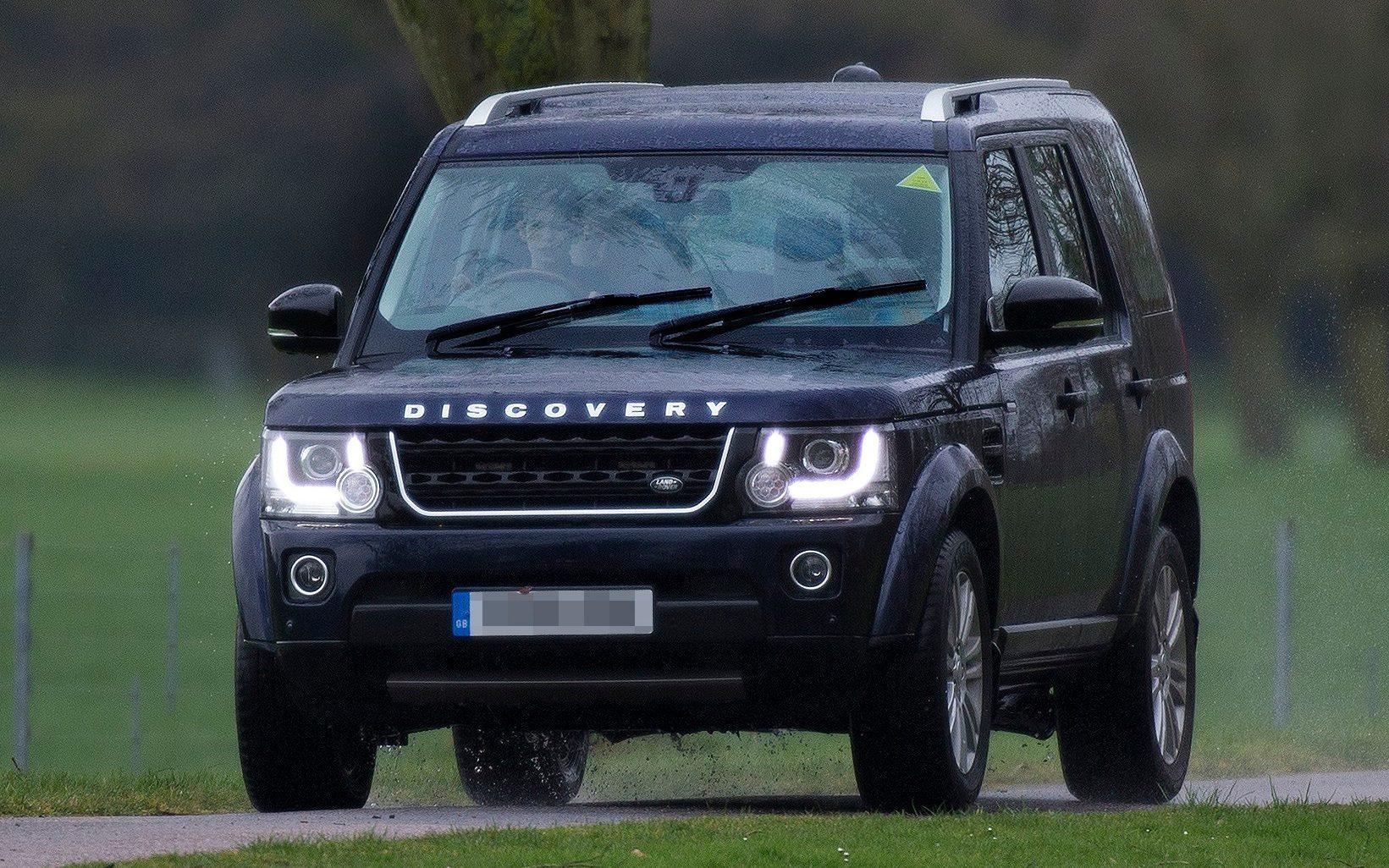 10-летний внук Королевы Великобритании «попался» за рулем Land Rover 1
